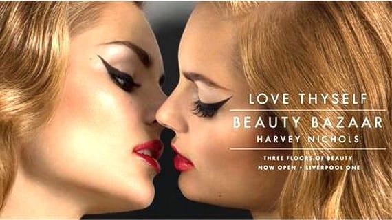 Harvey Nichols beso lésbico