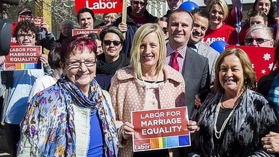 Katy Gallagher (en centro), Jefa de Ministros del ACT e impulsora del matrimonio gay en Australia