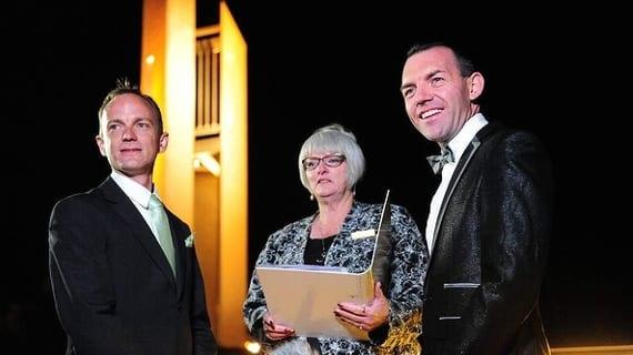 Joel Player (der.) y su esposo Alan Wright junto a la celebrante Sharyn Gunn en Canberra (Australia)