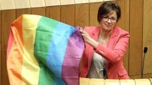Diputada del BNG, Carme Adán levanta bandera gay durante la asamblea gallega