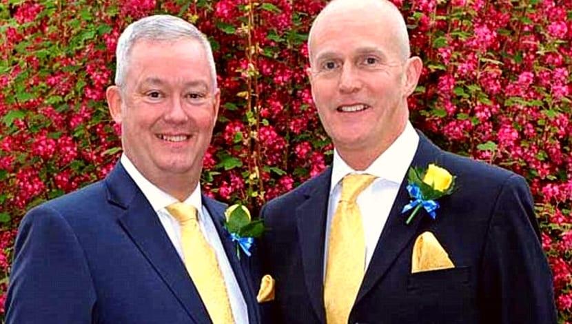 Pemberton (a la izquierda) junto a su flamante marido, Laurence Cunnington